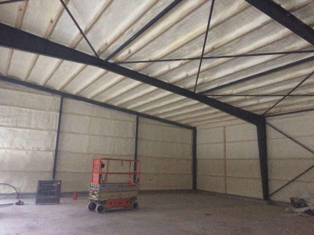 Vi isolerar taket med sprutisolering